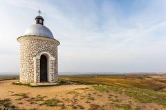 Puesta del sol con la capilla cerca de Velke Bilovice fotografía de archivo libre de regalías