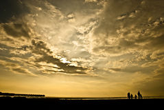 Puesta del sol con la familia Imágenes de archivo libres de regalías