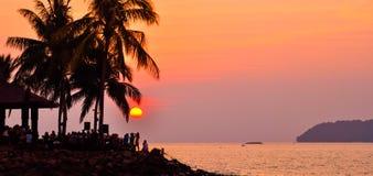 Puesta del sol con la gente y las palmeras Kota Kinabalu de la silueta Fotografía de archivo libre de regalías