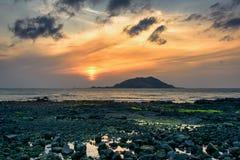 Puesta del sol con la isla de Biyangdo Fotos de archivo