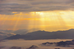 Puesta del sol con la montaña Fotos de archivo