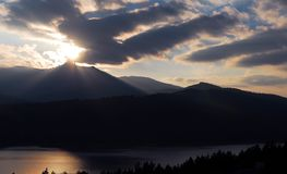 Puesta del sol con la montaña y el lago Fotografía de archivo libre de regalías