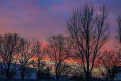 Puesta del sol con la montaña y las nubes Fotografía de archivo libre de regalías