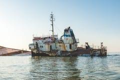 Puesta del sol con la nave de la ruina en el Mar Negro Imagen de archivo