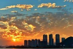 Puesta del sol con la nube quemada Fotografía de archivo