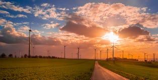 Puesta del sol con la opinión sobre las turbinas de viento imagen de archivo