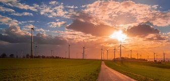 Puesta del sol con la opinión sobre las turbinas de viento imágenes de archivo libres de regalías