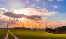 Puesta del sol con la opinión sobre las turbinas de viento fotos de archivo libres de regalías