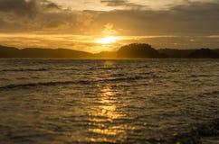 Puesta del sol con la playa y el mar Foto de archivo