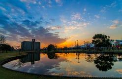 Puesta del sol con la reflexión en agua Foto de archivo libre de regalías