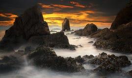 Puesta del sol con la roca del tid cerca de Patayabeach Fotos de archivo