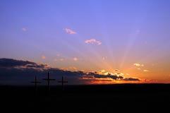 Puesta del sol con las cruces fotos de archivo