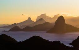 Puesta del sol con las montañas Imagenes de archivo