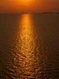 Puesta del sol con las naves en el ancla Imagen de archivo