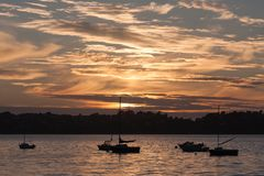Puesta del sol con las naves en la costa de Bretaña Imagenes de archivo