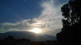 Puesta del sol con las nubes foto de archivo