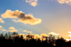Puesta del sol con las nubes del oro Foto de archivo libre de regalías