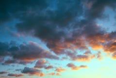 Puesta del sol con las nubes dramáticas Imagen de archivo libre de regalías