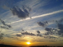 puesta del sol con las nubes en primavera Fotografía de archivo