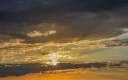 Puesta del sol con las nubes enormes Imagen de archivo