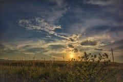 Puesta del sol con las nubes hermosas Fotos de archivo