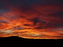 Puesta del sol con las nubes rojas Imagen de archivo libre de regalías