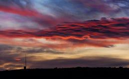 Puesta del sol con las nubes rojas Imágenes de archivo libres de regalías