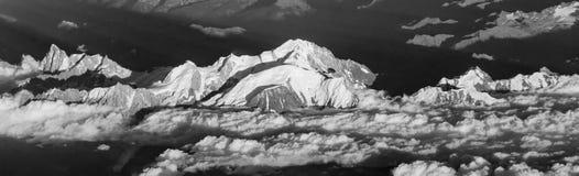 Puesta del sol con las nubes rojas en las montañas Fotos de archivo libres de regalías