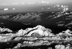 Puesta del sol con las nubes rojas en las montañas Imagen de archivo libre de regalías