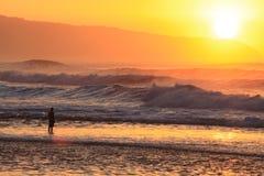 Puesta del sol con las ondas Foto de archivo libre de regalías