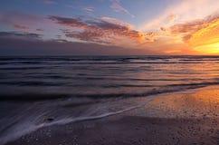 Puesta del sol con las ondas Imagen de archivo libre de regalías