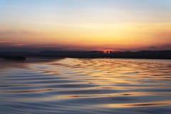 Puesta del sol con las ondas Fotografía de archivo