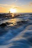 Puesta del sol con las ondas dramáticas Imagen de archivo