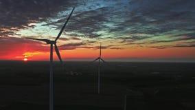 Puesta del sol con las turbinas de viento en el campo de granja, visión aérea almacen de metraje de vídeo
