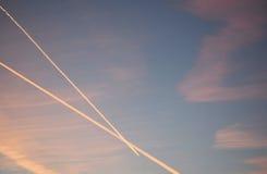 Puesta del sol con los airplains Imagen de archivo