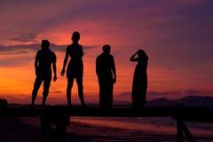 Puesta del sol con los amigos Imagenes de archivo