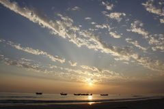 Puesta del sol con los barcos Fotos de archivo libres de regalías