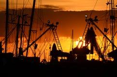 Puesta del sol con los barcos de pesca Imágenes de archivo libres de regalías