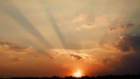 Puesta del sol con los haces del sol metrajes