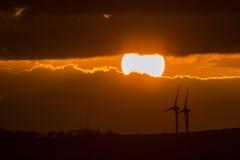 Puesta del sol con los molinoes de viento Fotos de archivo libres de regalías
