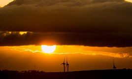 Puesta del sol con los molinoes de viento Fotos de archivo