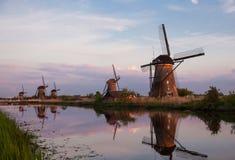 Puesta del sol con los molinoes de viento holandeses tradicionales en Kinderdijk Imagen de archivo libre de regalías