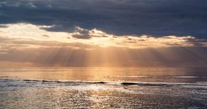 Puesta del sol con los rayos del sol Imágenes de archivo libres de regalías