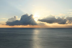 Puesta del sol con los rayos de sol Imagenes de archivo