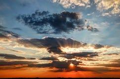 Puesta del sol con los rayos del sol Foto de archivo libre de regalías