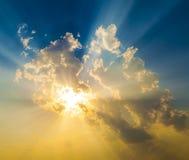 Puesta del sol con los rayos del sol Fotografía de archivo
