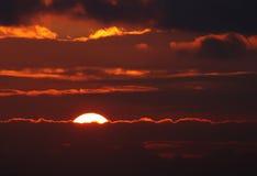 Puesta del sol con los rayos del sol imagen de archivo libre de regalías