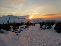 Puesta del sol con Snezka en las montañas gigantes en invierno imágenes de archivo libres de regalías
