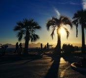 Puesta del sol con tonos de oro y llamarada del sol en Cannes Croisette fotos de archivo