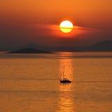 Puesta del sol con un barco Imagen de archivo